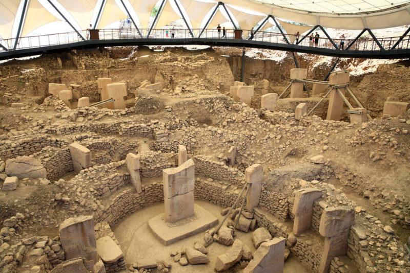 Посещение туристами древнего храма