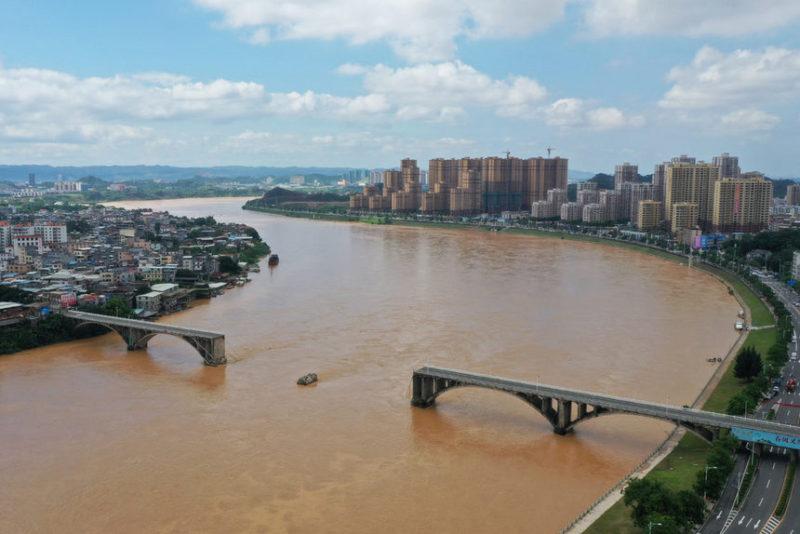 Разрушенный мост через реку Дунцзян