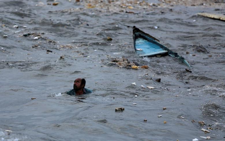 Рыбак плывет к берегу