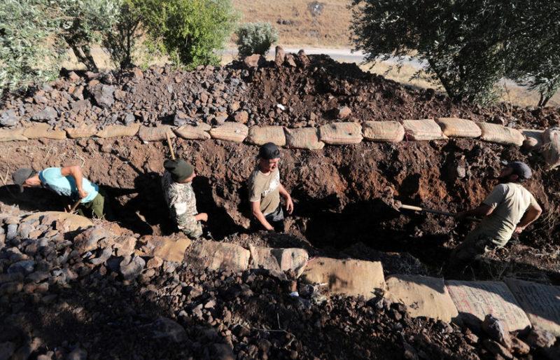 Волонтеры копают окопы