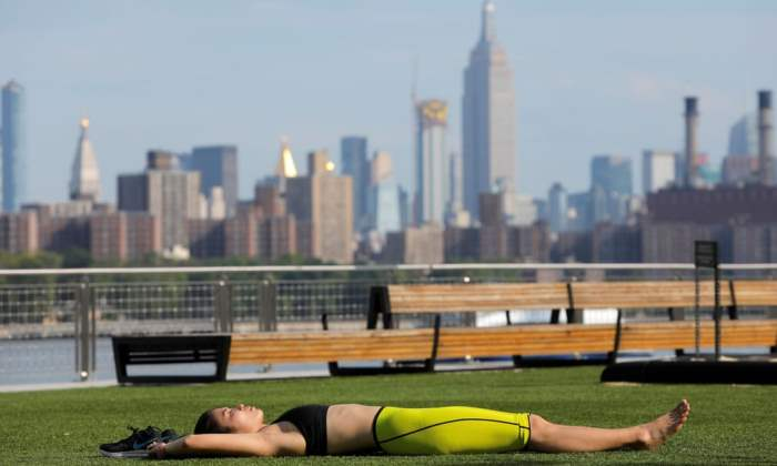 Женщина лежит в парке Домино