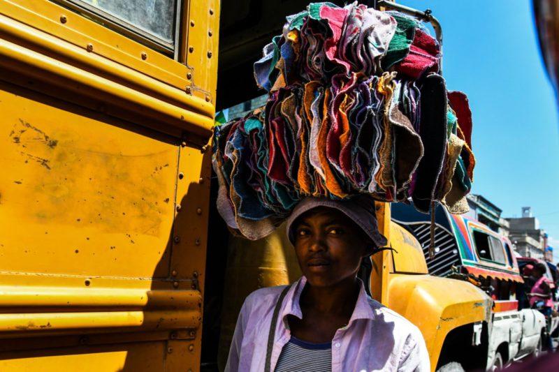 Женщина продает одежду
