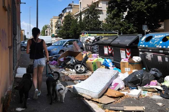 Житель проходит мимо мусора