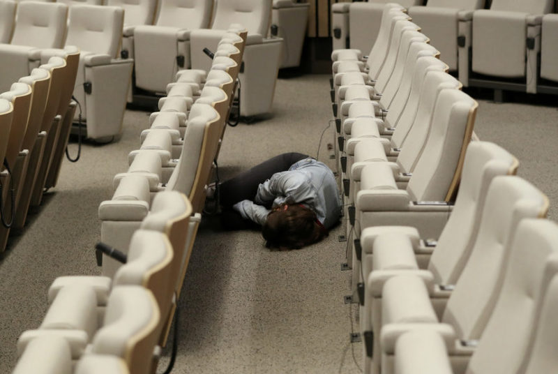 Журналист спит
