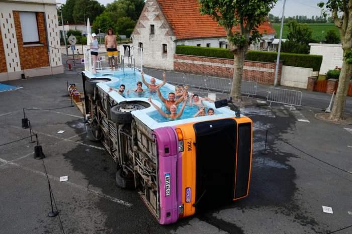 Люди купаются в списанном городском автобусе