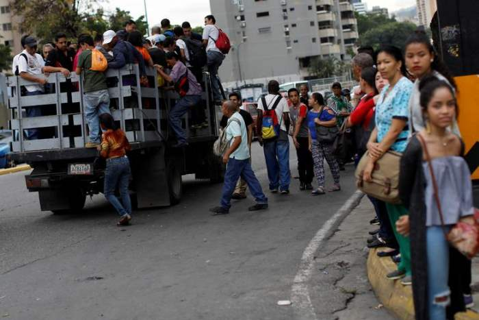 Люди садятся в грузовик
