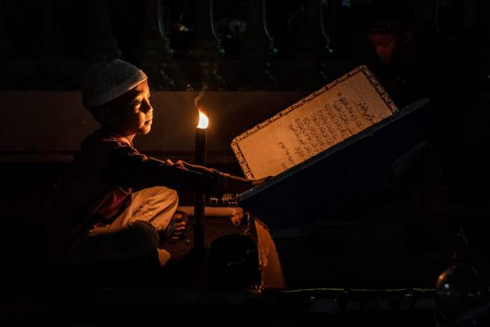 Мальчик читает исламские тексты