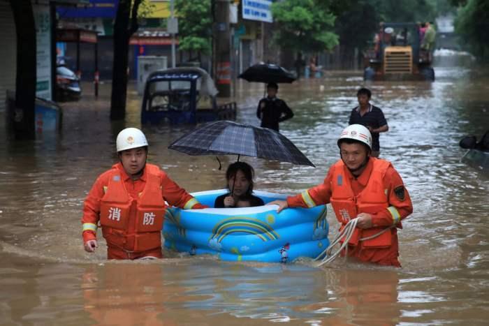 Спасатели эвакуируют женщину