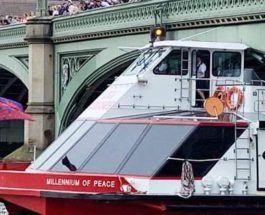 Туристический катер врезался в Вестминстерский мост