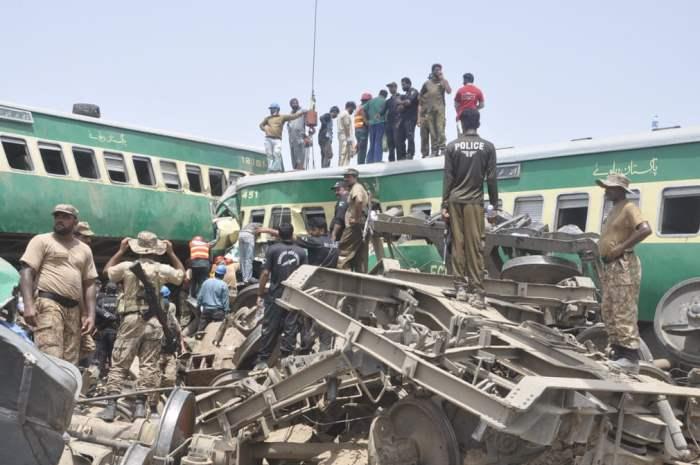 пассажирский поезд столкнулся с грузовым поездом