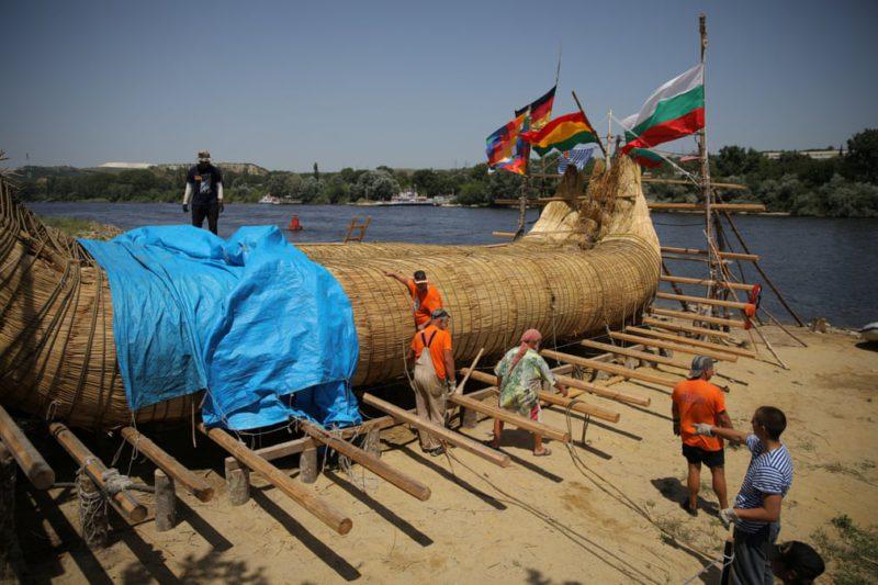 тростниковую лодку