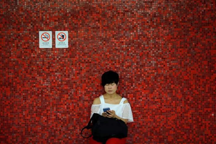 В метро Гонконга.