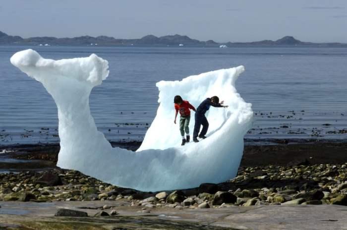 Дети играют на айсберге