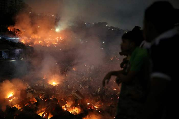 Люди смотрят на пожар