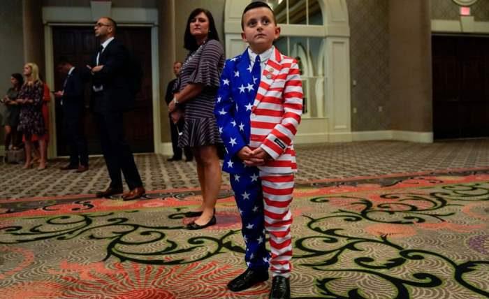 Мальчик, одетый в костюм с цветами флага США