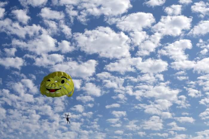 Парашютист в небе над Ниццей