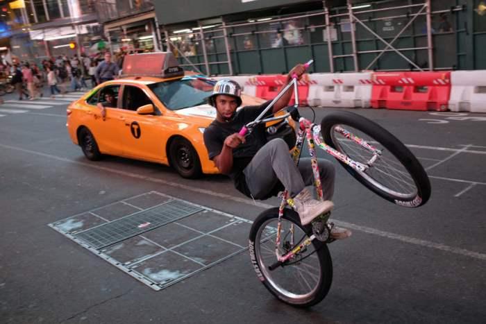 Подросток едет на велосипеде