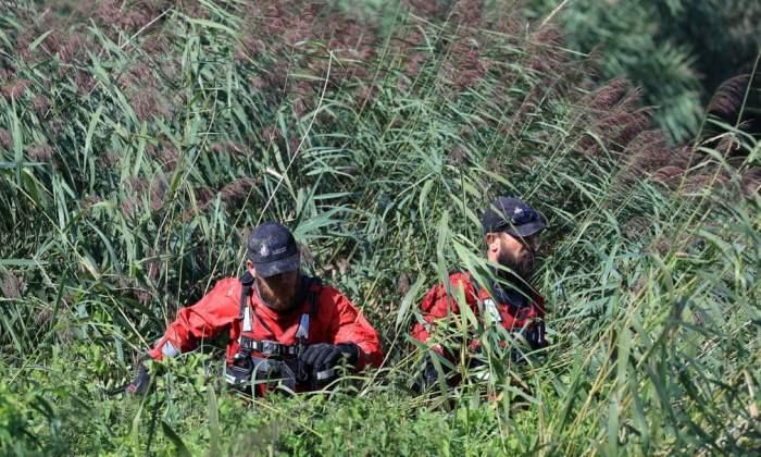 Полицейские прочесывают участок реки