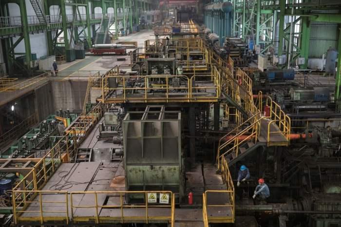 Рабочие на производственной линии