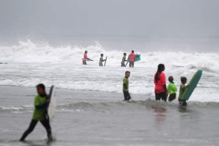 Серферы на пляже Малибу