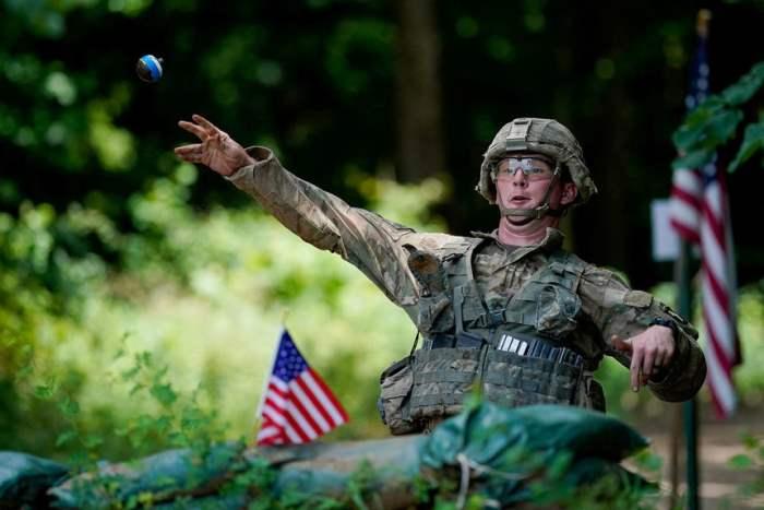 Солдат бросает учебную гранату