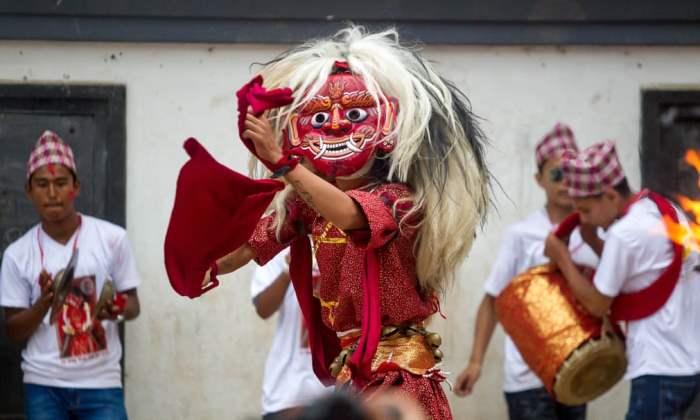 Танцор в маске