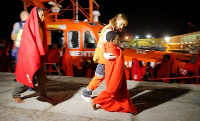 Женщина и ребенок, спасенные у побережья Средиземного моря