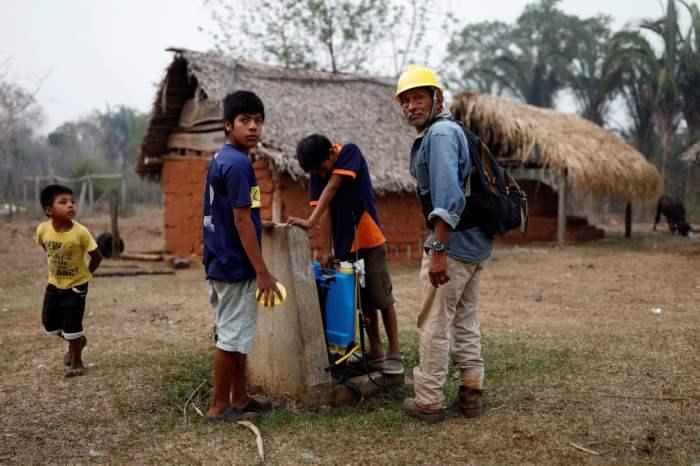 Жители заливают пластиковые рюкзаки водой