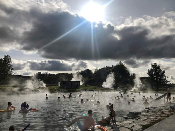 Люди наслаждаются вулканическими горячими источниками