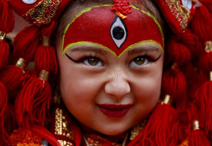 Молодая девушка в костюме живой богини Кумари