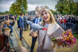 Попугай на руке королевы