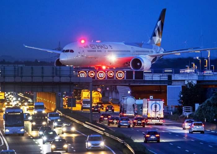 Самолет пересекает мост