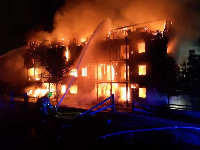 Четырехэтажный жилой дом охвачен пламенем