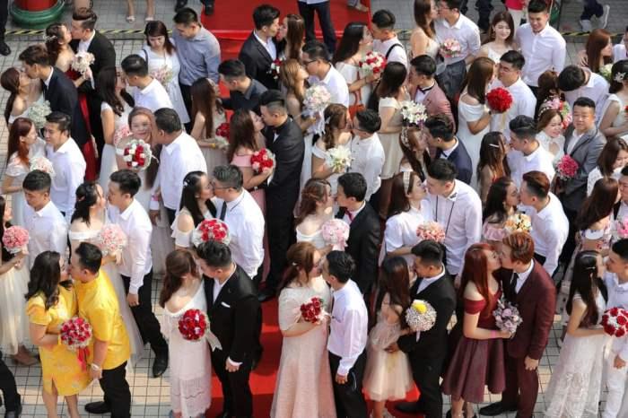 во время массовой свадьбы