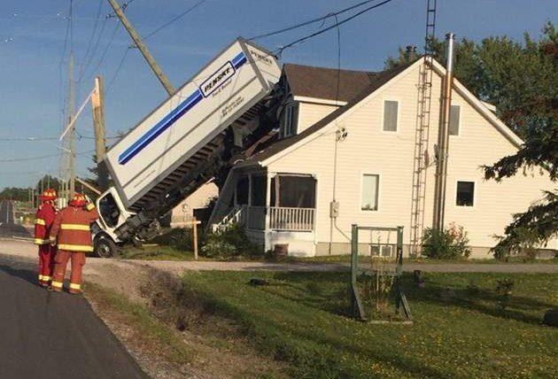 грузовик и дом