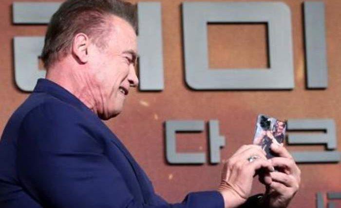 Арнольд Шварценеггер показал свой чехол для iPhone 11 Pro
