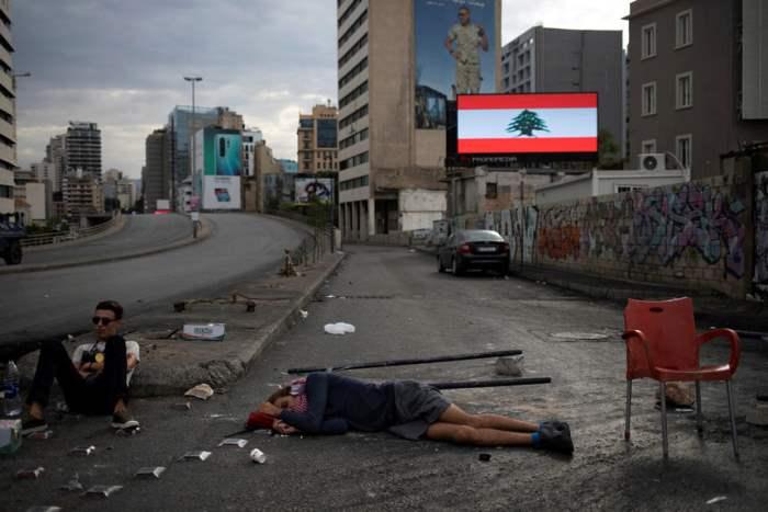 Люди отдыхают на улице