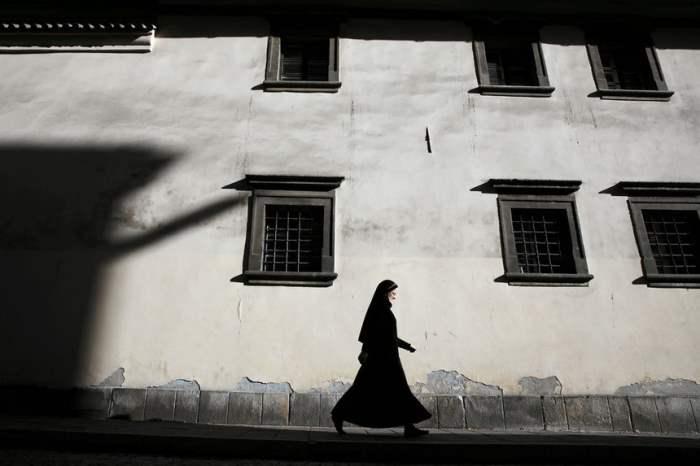 Монахиня идет по улице