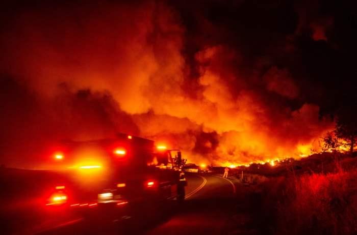 Пожарная машина направляется к огню