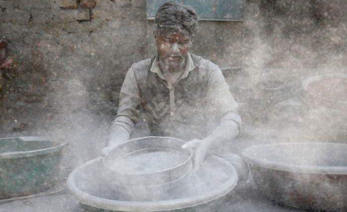 Рабочий готовит порох