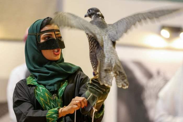 Саудовская женщина держит сокола