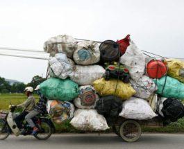 Сборщик отходов транспортирует пластиковый лом
