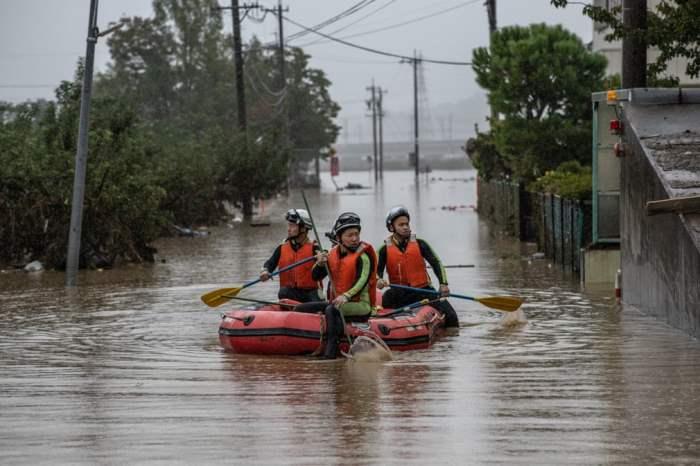 Спасатели обыскивают территорию