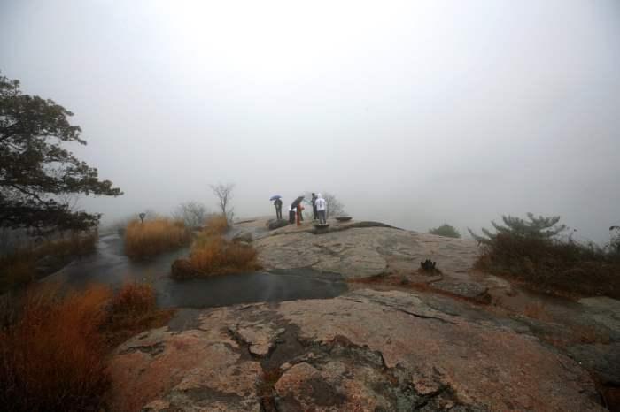 Туман окутывает группу людей