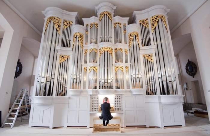 играет на органе