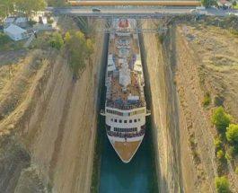 круизный лайнер прошел по Коринфскому каналу