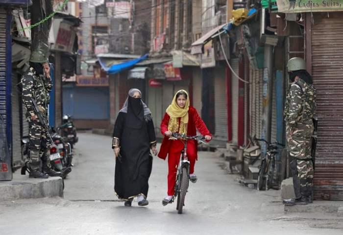 Девушка из Кашмира едет на велосипеде