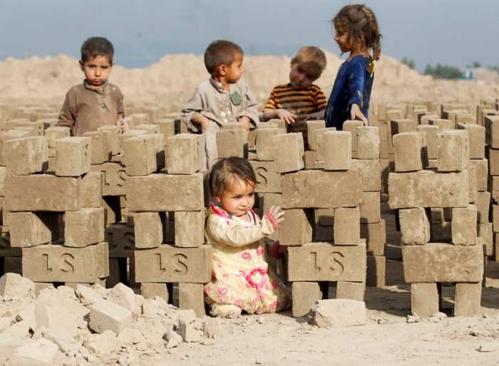Дети играют на кирпичном заводе