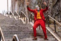 Мужчина заснял, как Джокер готовился к танцу на лестнице (ВИДЕО)