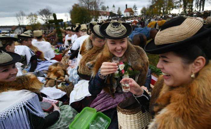 Женщины в платьях из меха лисы